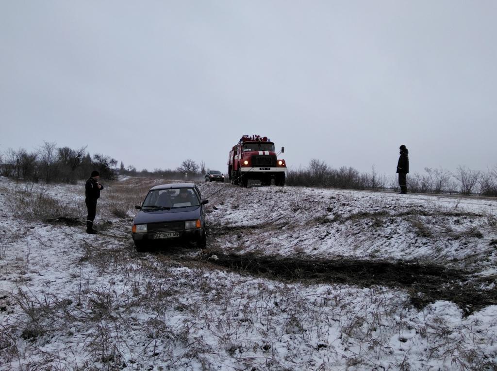 На запорожской трассе легковой автомобиль вылетел в кювет - ФОТО