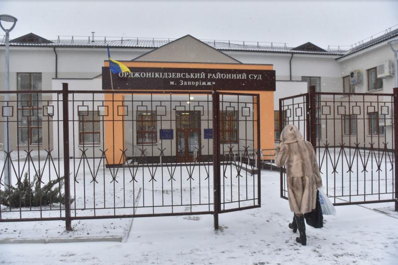 В Запорожье посетитель в здании суда украл вещи из туалета