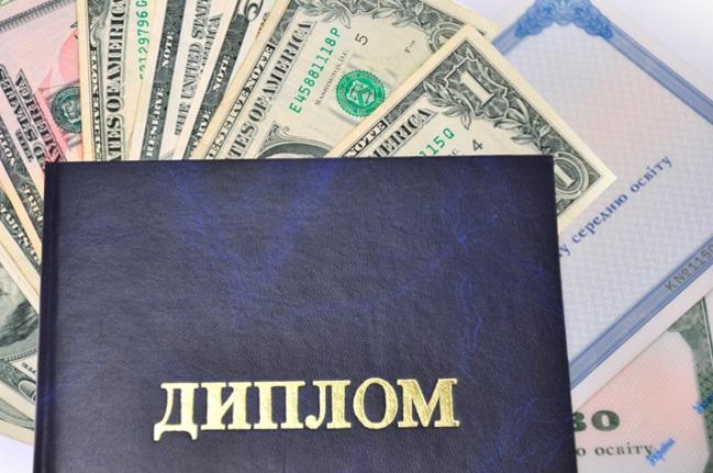 В Запорожской области «на горячем» поймали чиновницу, которая за деньги «штамповала» дипломы