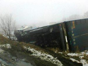 Под Запорожьем перевернулся грузовик с 17 тоннами извести – ФОТО