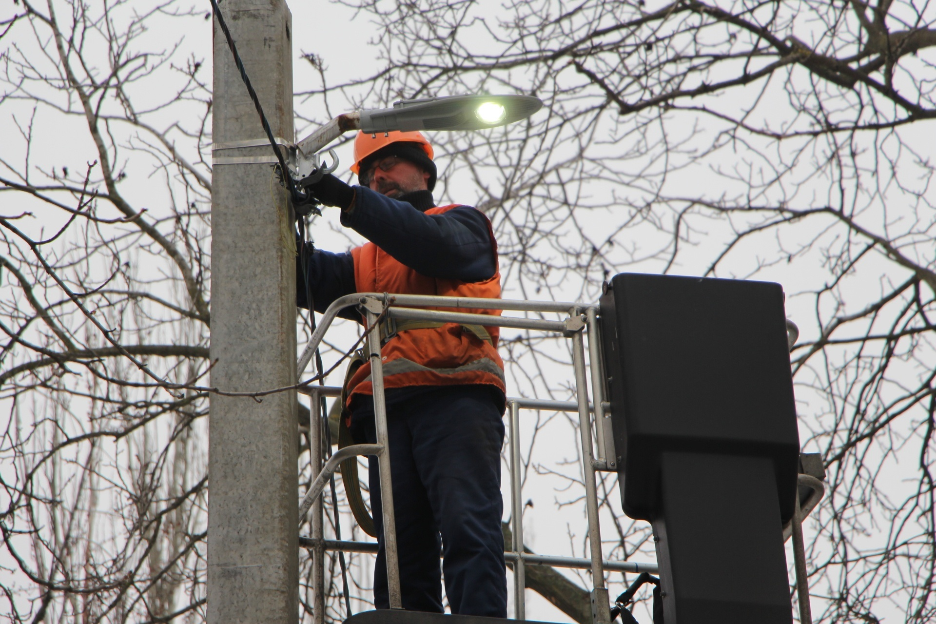 В Запорожье коммунальщики устанавливают освещение на «темных» улицах - ФОТО