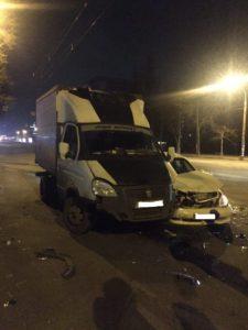 В центре Запорожья грузовик с продуктами столкнулся с такси – ФОТО