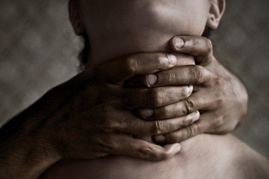 В Запорожской области мужчина задушил 19-летнюю девушку и снял с нее всё золото