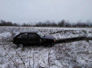 В Запорожской области спасатели вытащили водителя, который застрял в авто на скользком участке дороги