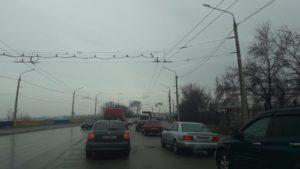 В Запорожье перед плотиной ДнепроГЭС образовалась огромная пробка - ФОТО