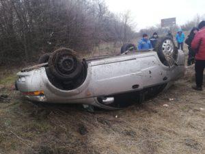 На запорожской трассе легковушка слетела в кювет и перевернулась: есть пострадавший - ФОТО