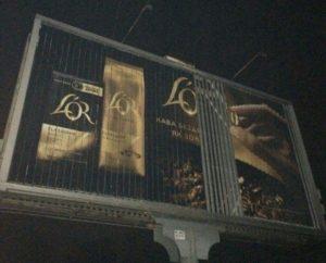 В Запорожье охотники за металлом хотели украсть детали билборда - ФОТО