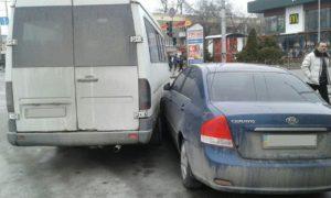 В центре Запорожья маршрутка столкнулась с легковым авто - ФОТО