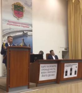 Запорожский депутат Михаил Прасол вышел на трибуну горсовета с бананом для Кальцева и Дрозденка