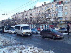 В Запорожье на проспекте столкнулись маршрутка и легковой автомобиль - ФОТО, ВИДЕО