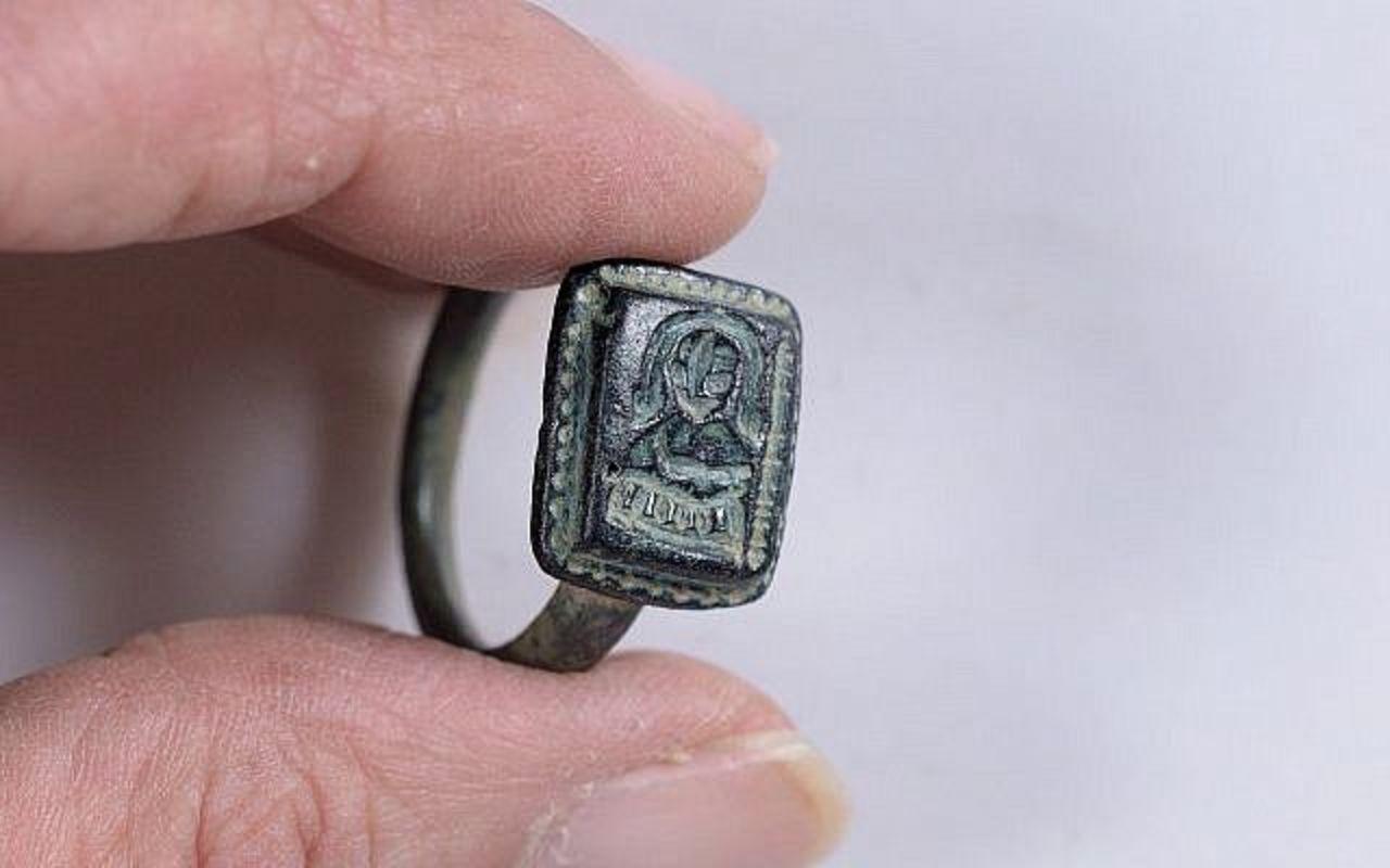 В Израиле садовник случайно обнаружил старинную драгоценность