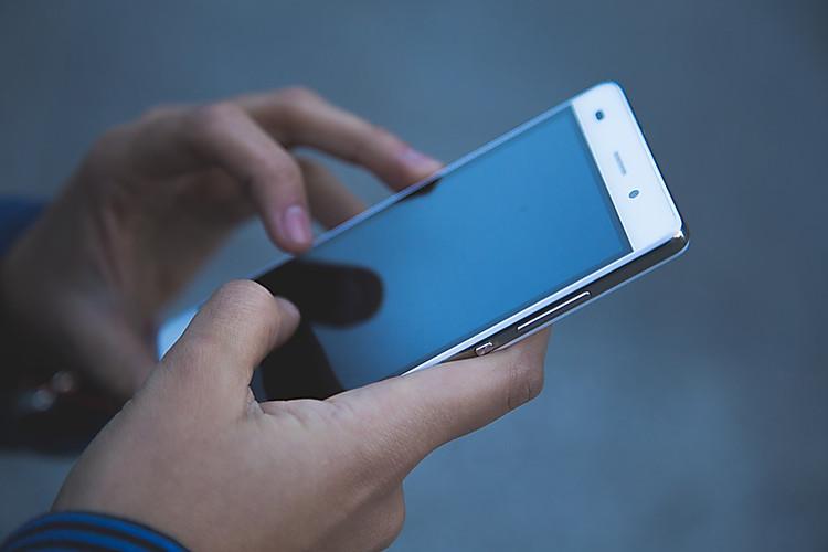 В Запорожской области злоумышленник вырвал телефон у прохожего