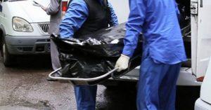 В Запорожье на улице собака охраняла тело умершего мужчины - ФОТО (18+)