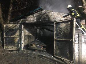 В Запорожье сгорел гараж с автомобилем - ФОТО