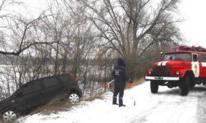 В Запорожской области автомобиль с беременной женщиной и двумя детьми съехал в канаву