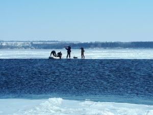 В Запорожском районе двоих рыбаков сняли с дрейфующeй льдины - ФОТО