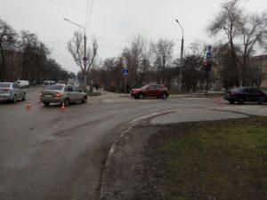 В Запорожье на перекрестке столкнулись две легковушки: есть пострадавшая - ФОТО