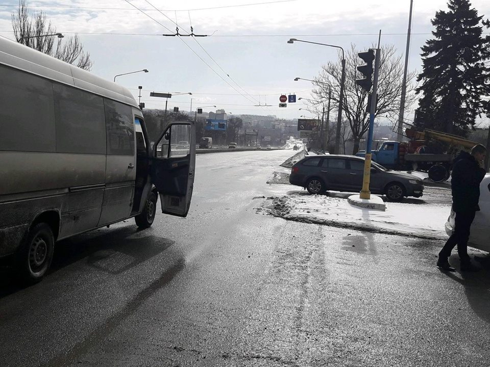 В центре Запорожья маршрутка с пассажирами попала в ДТП - ФОТО