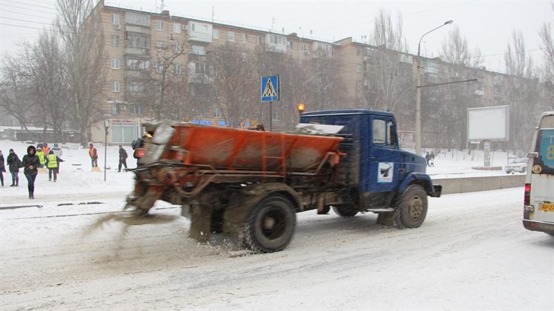 В Запорожье на расчистку дорог от снега вышли 70 спецмашин