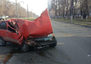 В Запорожье легковушка врезалась в припаркованный грузовик: есть пострадавший - ФОТО