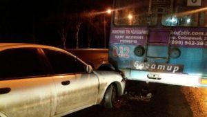 В Запорожье легковушка столкнулась с троллейбусом - ФОТО