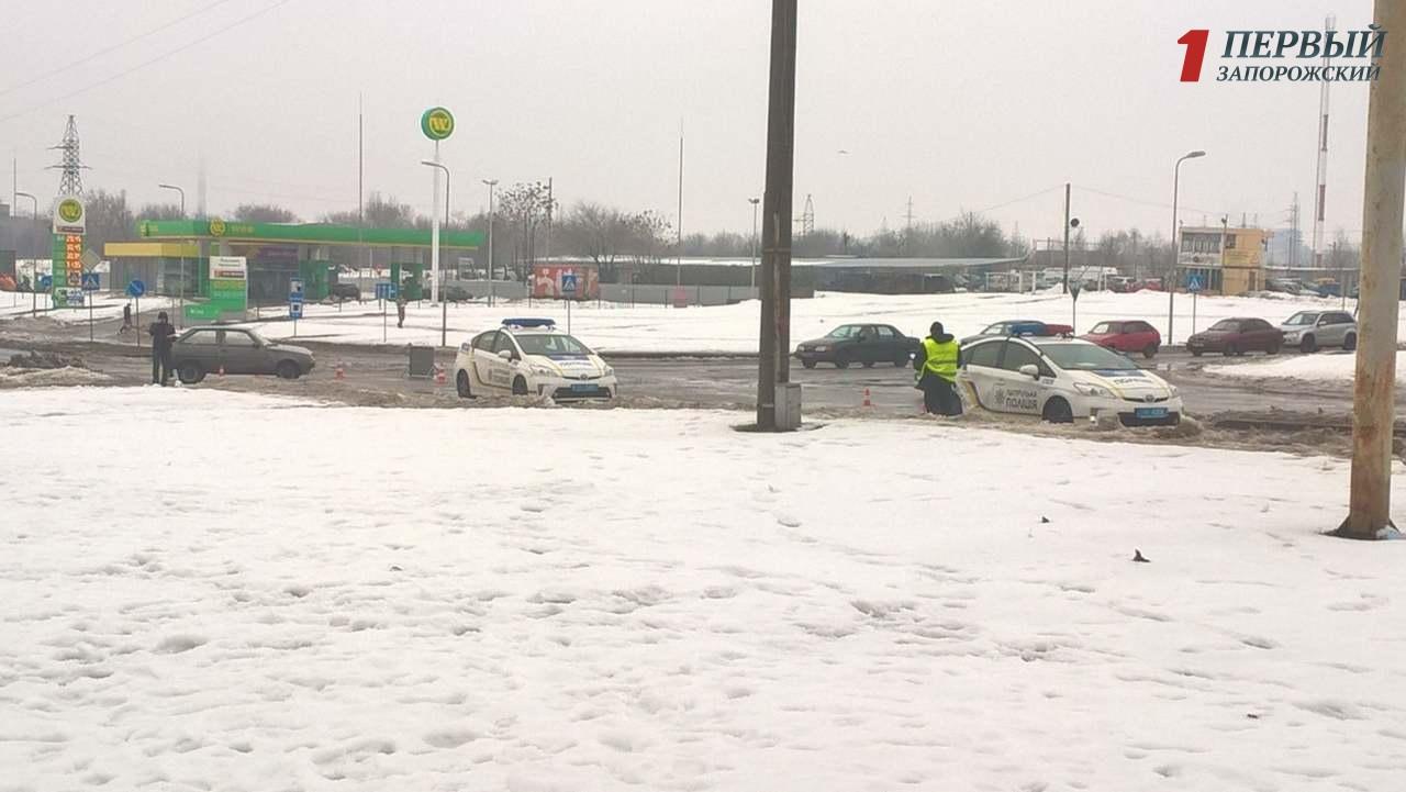 В Запорожье легковушка врезалась в авто патрульной полиции - ФОТО