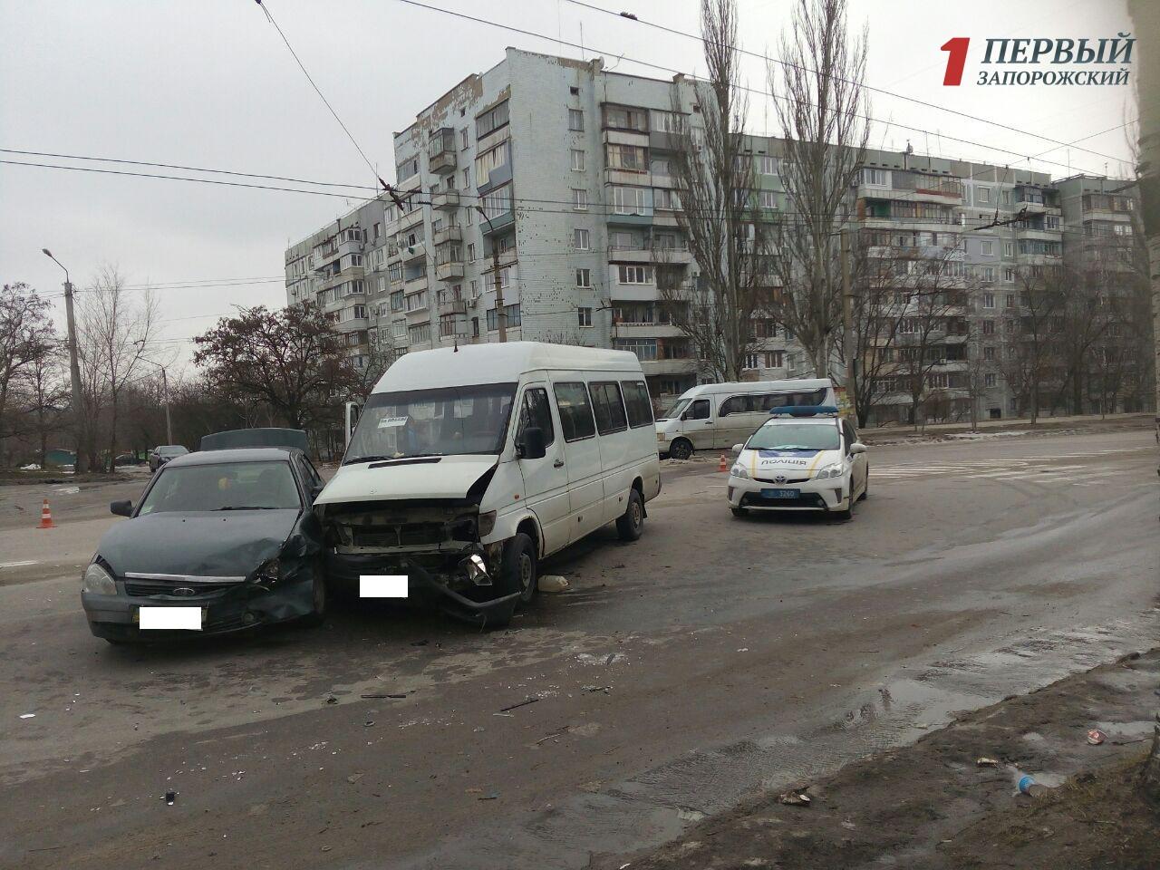 В Запорожье произошло тройное ДТП с участием маршрутки – ФОТО
