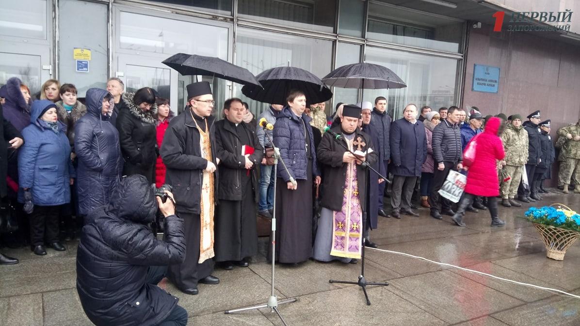 В Запорожье под проливным дождем проходит митинг в честь Дня украинского добровольца - ФОТО, ВИДЕО
