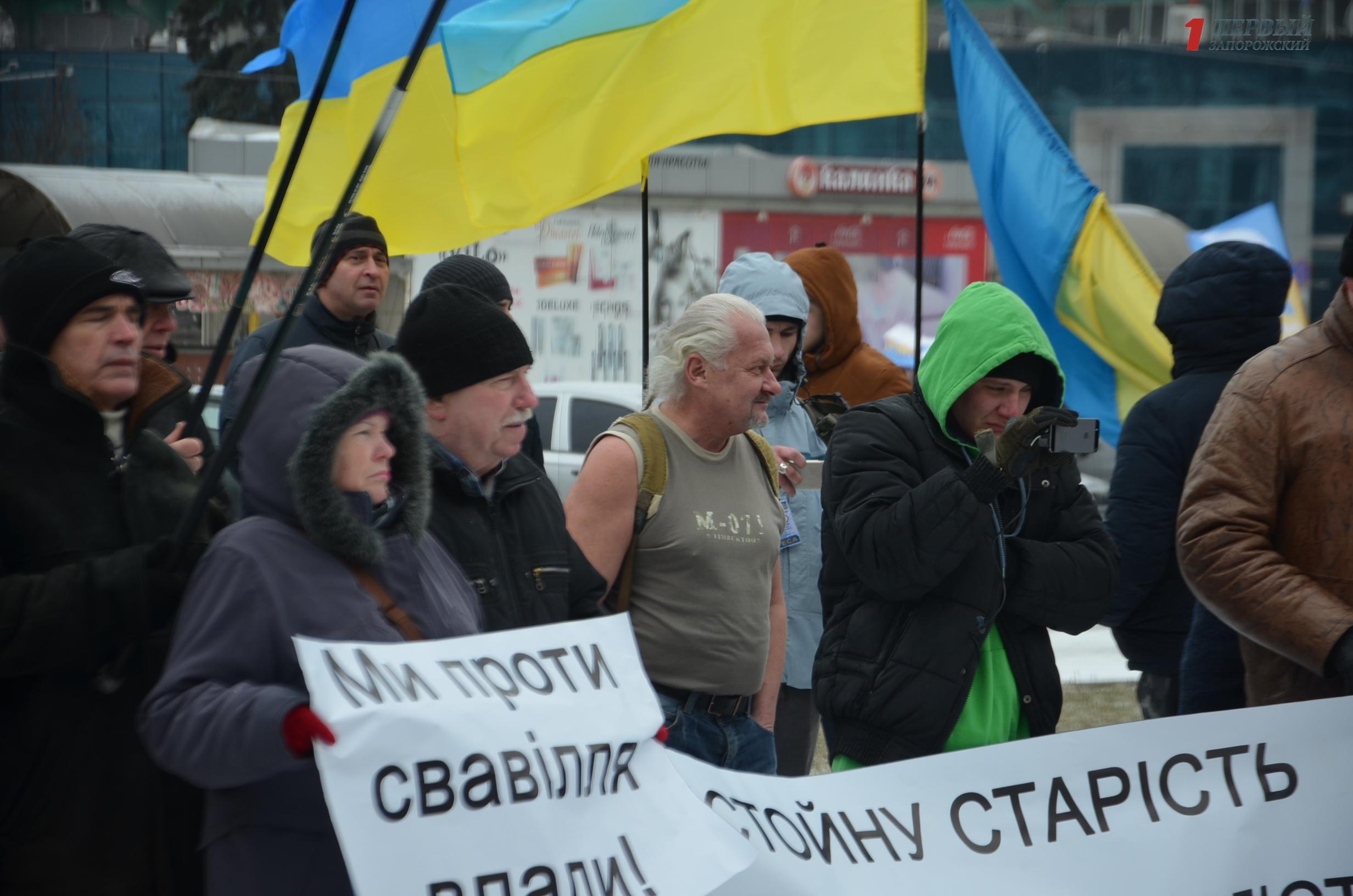 В мороз в одной майке: в Запорожье на митинг за отставку Порошенко пришел мужчина без верхней одежды - ФОТО