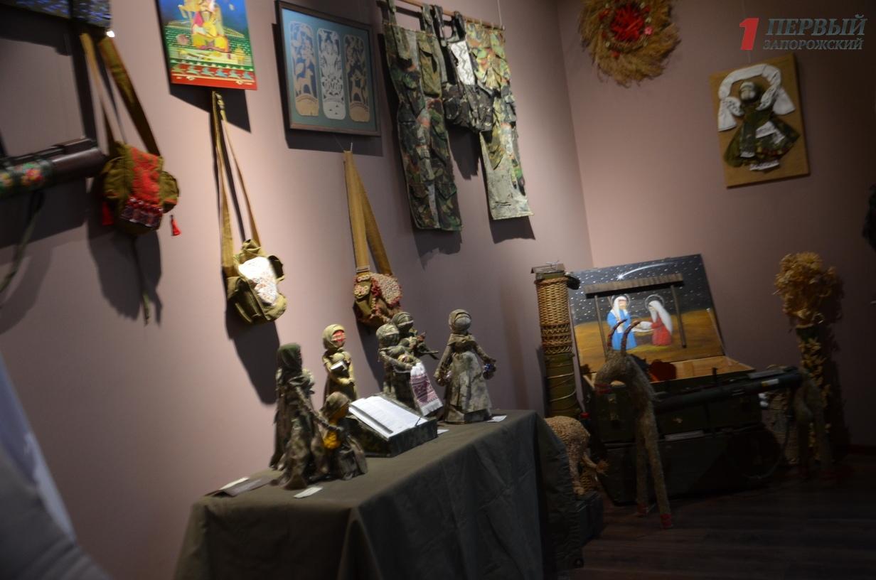 «Жизнь сильнее смерти»: в Запорожье открылась уникальная выставка, где артефакты из зоны АТО превратили в народное искусство – ФОТО