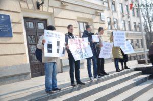 В Запорожье перед началом сессии снова прошел митинг против застройки сквера напротив ТЦ
