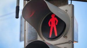 В области легковушка сбила мужчину, переходившего дорогу на красный свет возле пешеходного перехода