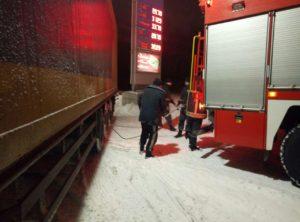 В области спасатели освободили из снежного плена восемь грузовиков и три