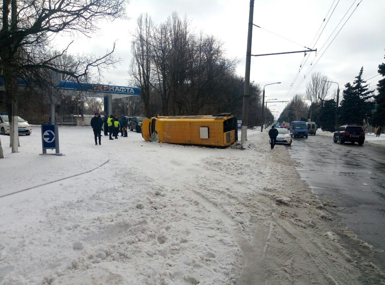 В Запорожье на большой скорости перевернулась маршрутка с пассажирами: есть пострадавшие - ФОТО, ВИДЕО