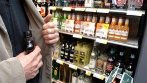 Йо-хо-хо и бутылка рому: в Запорожье 18-летнего парня задержали за кражу алкоголя - ФОТО