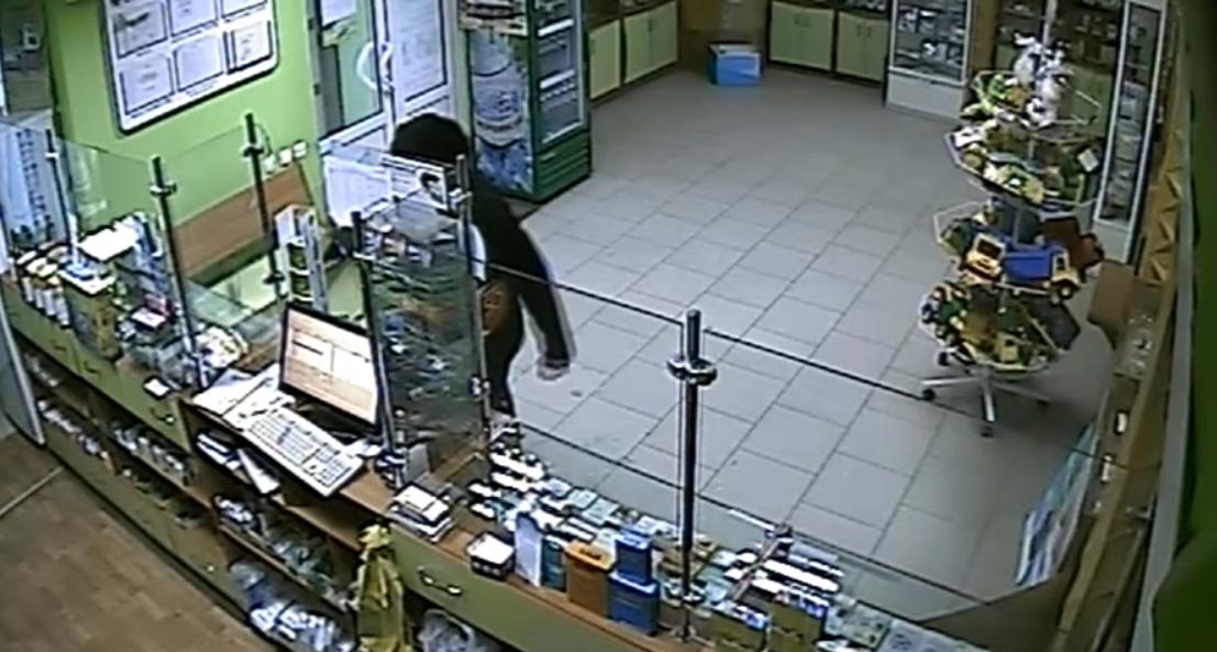 На Запорожье мужчина с топором ограбил аптеку и до смерти напугал фармацевта – ВИДЕО