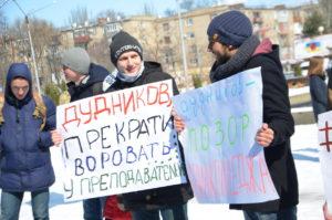 Около областного совета прошел мини-митинг за увольнение директора авиационного колледжа – ФОТО