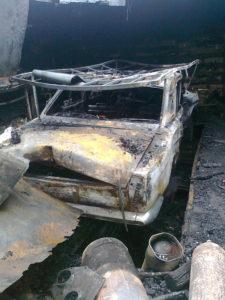 В Запорожье сгорел гараж вместе с автомобилем и пристройкой - ФОТО