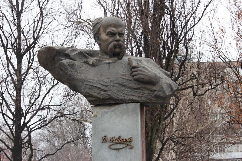 В Запорожье прошел митинг у бюста Тараса Шевченко - ФОТО