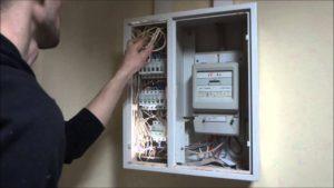 В Запорожской области электрик попытался проткнуть напильником жильца дома, который сделал ему замечание