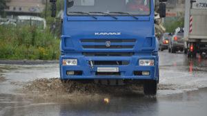 В Запорожской области КАМАЗ застрял на скользкой дороге и перегородил проезжую часть