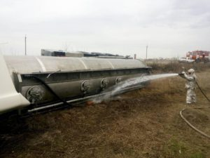 В Запорожской области на трассе перевернулся бензовоз с топливом - ФОТО, ВИДЕО