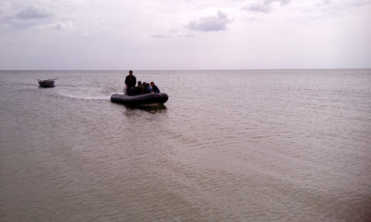 В Запорожской области троих мужчин унесло на лодке в открытое море - ФОТО