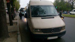 В Запорожье не поделили дорогу маршрутка и троллейбус - ФОТО