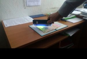 В Запорожье госинспектора Укртрансбезопастности поймали на взятке - ФОТО