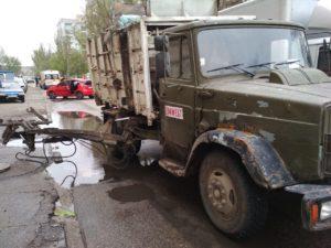 В Запорожье на мужчину упал подъемник мусоровоза: он скончался в больнице - ФОТО