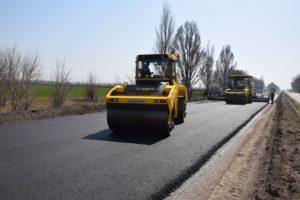 В Запорожской области турецкие подрядчики круглосуточно ремонтируют трассу на Днепр: работы планируют завершить в июле - ФОТО