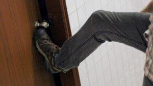В Запорожской области вооруженные злоумышленники ворвались в квартиру к иностранцу и ограбили его