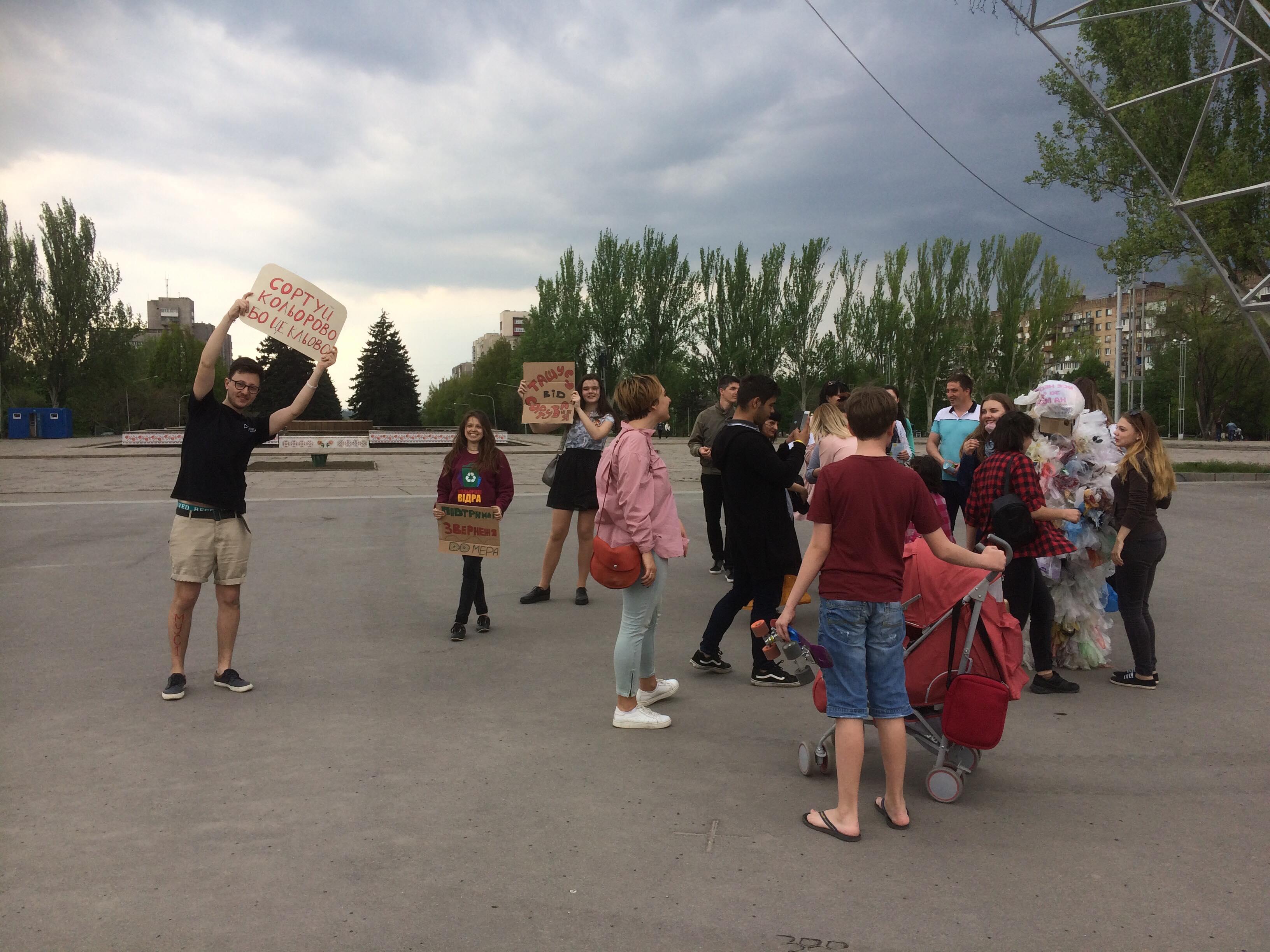 Запорожские активисты предлагают установить в учебных заведениях контейнеры для раздельной сортировки мусора - ФОТО