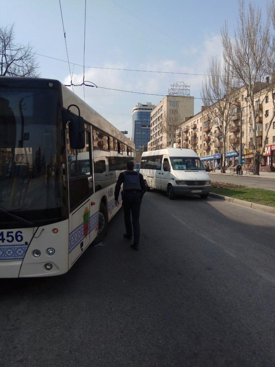 В Запорожье на остановке столкнулись большой автобус и маршрутка - ФОТО